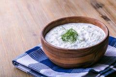Tzatziki Griekse saladetzatziki van komkommer, yoghurt of room, olijfolie, knoflook, dille en kruiden Stock Fotografie