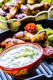 Tzatziki sås Tzatziki dressing Tzatziki dressing med grillad fega ben och ny grönsak, grönsallatblad och körsbärtomatoe Arkivbild