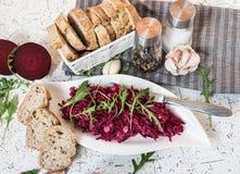 Tzatziky od czerwonego buraka i chałupa sera Dekorujący z świeżym arugula Fotografia Stock