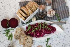 Tzatziky od czerwonego buraka i chałupa sera Dekorujący z świeżym arugula Zdjęcia Royalty Free