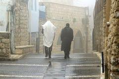 Tzfat街道的两个极端保守的犹太人  库存图片