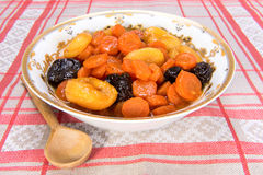Tzimmes, tsimmes, μαγειρευμένα γλυκά καρότα με ξηρό - φρούτα Στοκ Εικόνες