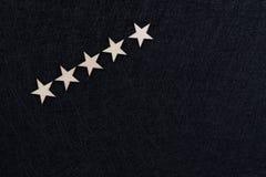 Użytkownika doświadczenie, klienta przegląd lub ratingowy pojęcie, 5 drewnianych gwiazd na ciemnego czerni tle z kopii przestrzen zdjęcie royalty free