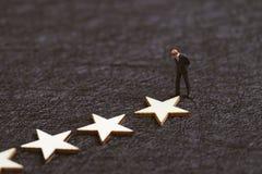 Użytkownika doświadczenie, klienta przegląd lub ratingowy pojęcie, miniaturowa postaci zaufania biznesmena pozycja z gwiazdami na obrazy stock
