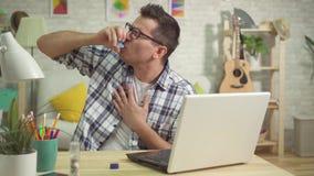 Używa astmatyczny inhalator, astma atak, mężczyzny duszenie zbiory