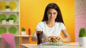 Uśmiechnięta brunetki kobieta bierze wyśmienicie hamburger od talerza, fast food restauracja zbiory wideo