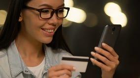 Uśmiechnięta dama używa mobilnego rezerwacji zastosowanie dla planować wycieczkę, deponuje pieniądze bezpieczeństwo zdjęcie wideo