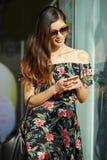 Uśmiechnięta dama wyszukuje smartphone na ulicie obraz royalty free