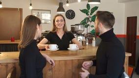 Uśmiechnięta dziewczyna Barista daje napojowi para siedzi blisko baru odpierającego w kawiarni zdjęcie wideo
