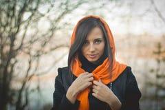 Uśmiechnięta dziewczyna w pomarańczowym hijab w Dubaj wiośnie obraz stock