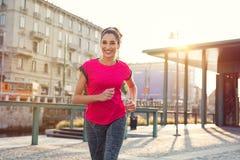 Uśmiechnięta kobieta jogging zdjęcie royalty free