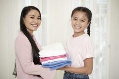 Uśmiechnięta matka z córką robi sprzątaniu zdjęcia stock