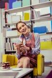 Uśmiechnięta promieniejąca dziewczyna niesie wysokiego szkło cacao zdjęcia stock