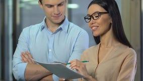 Uśmiechniętego szefa praktykanta akceptujący żeński pomysł, kobieta w biznesie, kariera przyrost zbiory