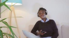 Uśmiechnięty żeński mówienie smartphone w mieszkaniu obrazy stock
