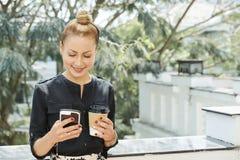 Uśmiechnięty bizneswoman z kawą i telefonem zdjęcie royalty free