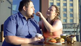 Uśmiechnięty kobiety częstowania chłopaka francuz smaży, gruba pary data, niezdrowy jedzenie fotografia stock