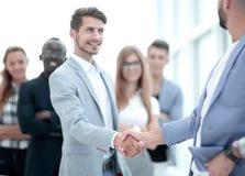 Uśmiechnięty męski szef promuje dający satysfakcję handshaking fotografia stock