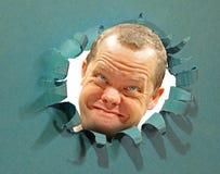 Uśmiechnięty twarz mężczyzna patrzeje przez dziury uderzał pięścią przełomu wybuchu łzę obrazy royalty free