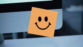 Uśmiechu charakter Uśmiechu rysunek na majcherze na monitorze zbiory