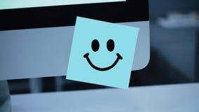 Uśmiechu charakter Uśmiechu rysunek na majcherze na monitorze ilustracji