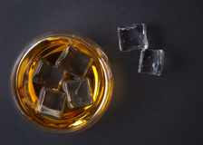 Uísque, bourbon, aguardente, ou conhaque na tabela do log Fotografia de Stock