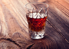 Uísque, bourbon, aguardente, ou conhaque na tabela do log Imagem de Stock Royalty Free