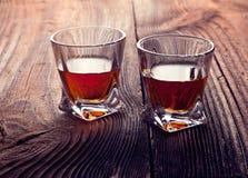 Uísque, bourbon, aguardente, ou conhaque na tabela do log Fotos de Stock