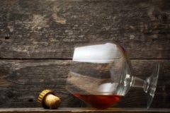 Uísque, bourbon, aguardente, ou conhaque na tabela do log Imagem de Stock