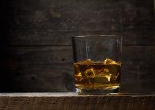Uísque, bourbon, aguardente, ou conhaque na tabela do log Fotografia de Stock Royalty Free