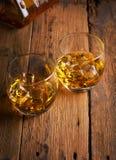 Uísque, bourbon, aguardente, ou conhaque na tabela do log Fotos de Stock Royalty Free