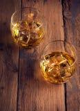 Uísque, bourbon, aguardente, ou conhaque na tabela do log Foto de Stock Royalty Free