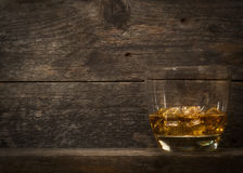 Uísque, bourbon, aguardente, ou conhaque na tabela do log Imagens de Stock