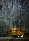 Uísque, bourbon, aguardente, ou conhaque na tabela do log Foto de Stock