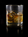 Uísque com gelo em um vidro Fotografia de Stock