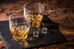 Uísque com gelo nos vidros imagens de stock royalty free