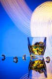 Uísque do cocktail um o vidro com gelo das partes Fotos de Stock