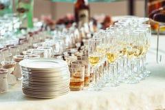 Uísque dos vinhos da recepção de bufete do casamento em uma tabela branca Fotos de Stock