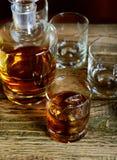Uísque dourado de Brown nas rochas em um vidro Imagem de Stock