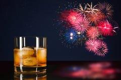 Uísque e fogos-de-artifício coloridos da celebração Fotografia de Stock