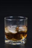 Uísque em um vidro com gelo Imagem de Stock