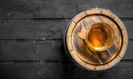 Uísque em um vidro em um tambor imagens de stock royalty free