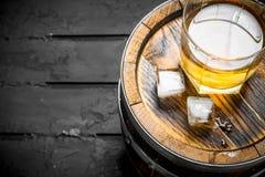 Uísque em um vidro em um tambor foto de stock royalty free