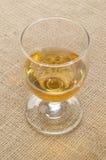 Uísque irlandês destilado Tripple em um vidro fotografia de stock