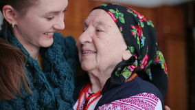 Uściśnięcia stara babcia i wnuczka zdjęcie wideo