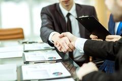 Uścisków dłoni partnery biznesowi po dyskusi pieniężna zgoda obraz stock