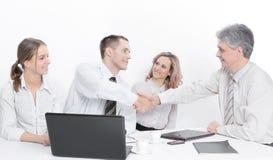 Uścisków dłoni partnery biznesowi przed dyskutować kontraktacyjnych terminy zdjęcia royalty free
