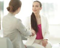 Uścisk dłoni biznesowa kobieta z klientem Zdjęcie Stock