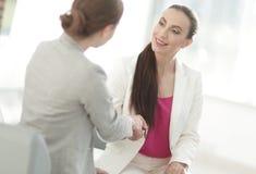 Uścisk dłoni biznesowa kobieta z klientem Fotografia Royalty Free