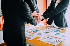 Uścisk dłoni demonstruje jedność Praca zespołowa jest wielkim drużyną pomyślni biznesmeni Obrazy Royalty Free